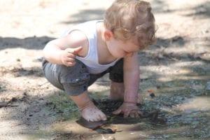 Dítě si hraje vlouži - čistá pohoda přináší zdraví stejně jako vodní vysavač hyla