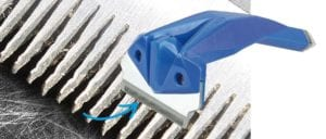 Zvětšený detail kovového hřebenu napsy akočky typu furminátor. Je velmi ostrý au některých zvířat vyřezává izdravé chlupy