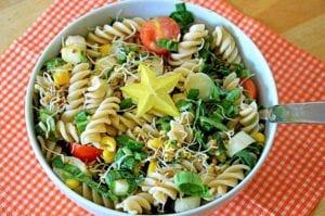 těstovinový salát smedvědím česnekem je mňamka