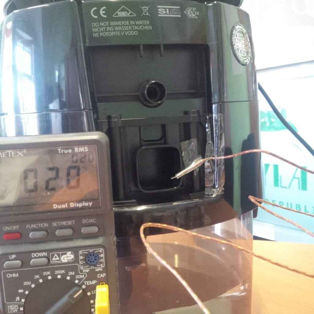 měření teploty vzduchu při přidání ledu donádoby vodního vysavače