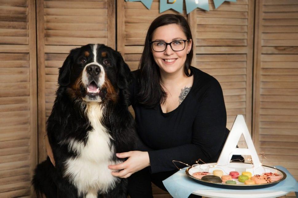 Majitelka Salonu Eliška Eliška Sovová s chlupatým psem